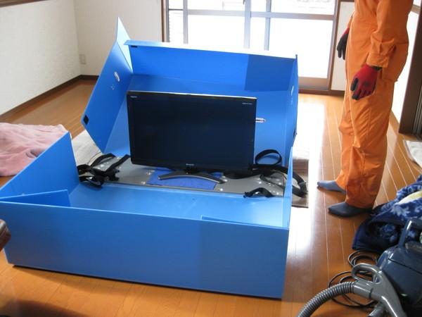大型TVも専用の梱包ケースで丁寧に運搬します